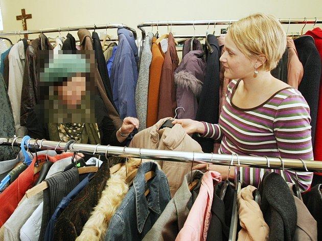 CHARITA VYPOMŮŽE.  Diecézní charita může amnestovaným vězňům poskytnout oblečení a boty. Třeba v pátek muž ve středním věku přišel v tričku. Odcházel se svetrem, kabátem a zimní obuví. Charita poskytla pracovní oděvy i do vazební věznice.