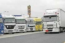 Beznadějně plno ve směru na Prahu i na Drážďany. Odpočívky na dálnici D8 jsou v permanentním obležení kamionů.
