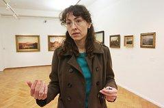 V litoměřické galerii probíhá výstava obrazů nazvaná Z dálky / z blízka. Na snímku je kurátorka výstavy Alena Beránková.