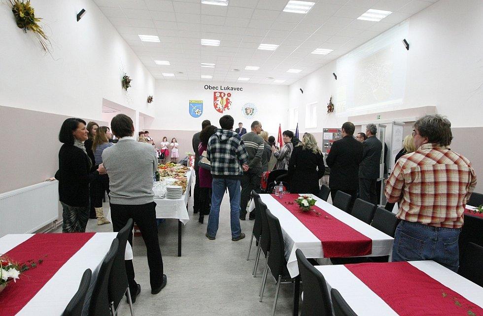 Lukavec má rekonstruované multifunkční centrum, které je kulturním domem v obci. V plánu jsou plesy, různé akce spolků, cvičení nebo přednášky.