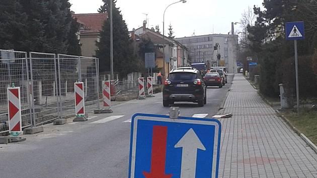 Řidiči musí v těchto dnech počítat se zdržením v ulici Vrchlického, ve které se projíždí pouze v jednom směru.