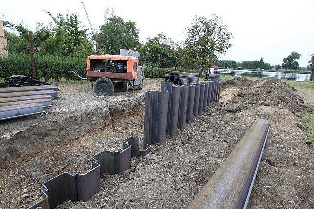 Výstavba protipovodňové hráze v Křešicích.
