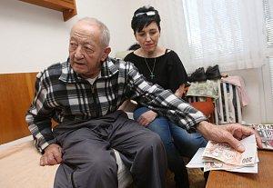 Lidé z Litoměřic darovali peníze okradenému seniorovi