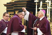 Udělování popelce v litoměřické katedrále.