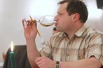 ODBORNÍ DEGUSTÁTOŘI hodnotili v úterý v litoměřické Kolibě 522 vzorků vín od 101 producentů. V loňském roce se do soutěže přihlásilo zhruba 85 vinařství.
