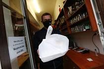 Restaurace Radnice v Bohušovicích nad Ohří si na jaře při uzavření kvůli koronaviru vyzkoušela vydávat jídlo přes okénko a osvědčilo se to. Nyní při opětovném uzavření výdejní okénko obnovili a o zákazníky nemají nouzi.