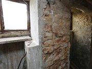 Obyvatelé obce Dobkovičky, která leží těsně u dálnice D8 a u bývalého sesuvu si stěžují, že jim praskají domy. Problém vidí ve spodní vodě, která po výstavbě dálnice změnila své toky a podmáčí základy rodinných domů.