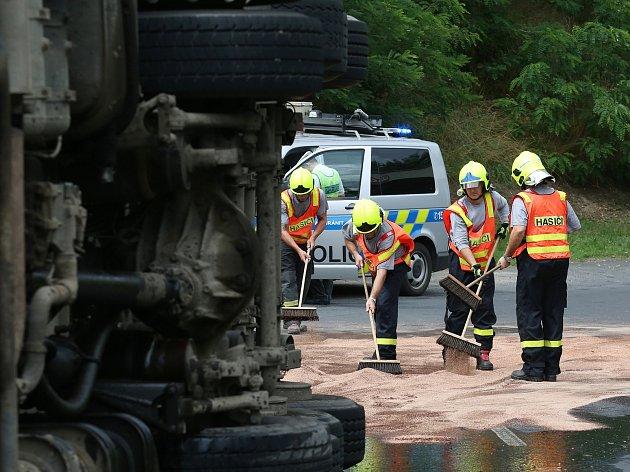 Dopravní nehoda nákladního automobilu u Hrobců.