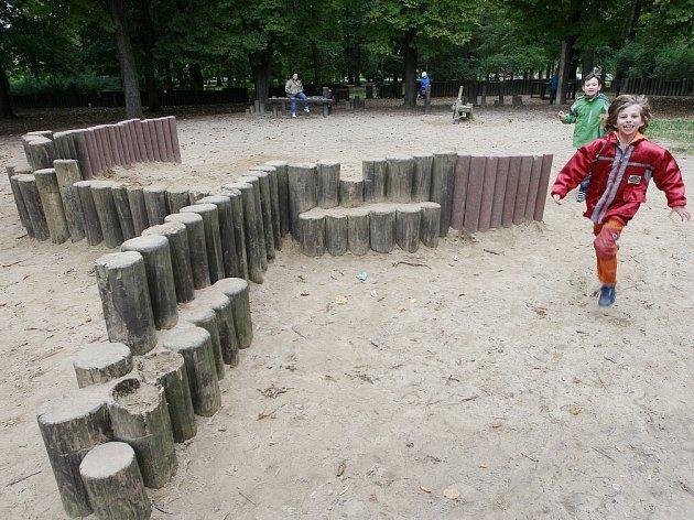 DĚTSKÉ HŘIŠTĚ číslo 2: I tento plácek není zcela pro malé děti ideální. Nachází se v Jiráskových sadech.