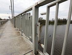 Rok a půl po rekonstrukci části Tyršova mostu v Litoměřicích korodují části zábradlí i některé nové kovové prvky u opravených dilatačních uzávěrů. Některé nosné části zábradlí jsou již korozí zcela zničené.