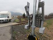 Nebezpečný železniční přejezd v zahrádkářské kolonii, kde se stalo mnoho nehod