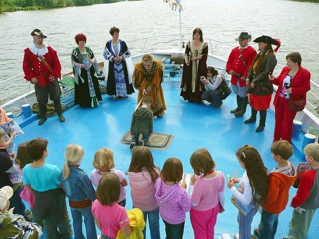 Pasování prvňáčků na čtenáře ve Štětí při plavbě na lodi Porta Bohemica.