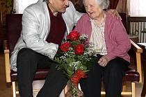 JIŽ 102 let oslavila ve společnosti svých blízkých občanka města Litoměřic paní Rozálie Kočárková. Mezi prvními gratulanty, kteří jí přišli blahopřát, byl starosta Ladislav Chlupáč.