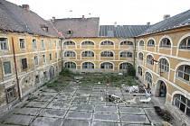 PO ODCHODU VOJÁKŮ z Žižkových kasáren obrovský objekt chátrá. Město s jeho rekonstrukcí v blízké době nepočítá.