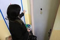Ekonomka Městského úřadu v Třebenicích měla během šesti let zpronevěřit přes dva miliony korun. Snímek z 22.10.2008 u bytu podezřelé, která se s redaktorkou Deníku nechtěla bavit a zavřela se v bytě.