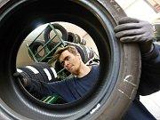Mechanici přezouvají pneumatiky v žalhostickém pneuservisu na Litoměřicku