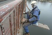 BEZPEČÍ. Především kvůli bezpečnosti chodců, ale i cestujících na plavidlech na Labi provádějí nyní pracovníci specializované firmy kompletní opravu zábradlí na štětském mostu přes Labe