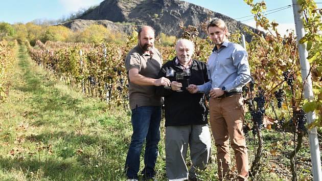 Antonín Hrabkovský se synem Pavlem a vnukem Pavlem na vinici pod Radobýlem. V těchto místech vysazoval vinohrady v 60. letech