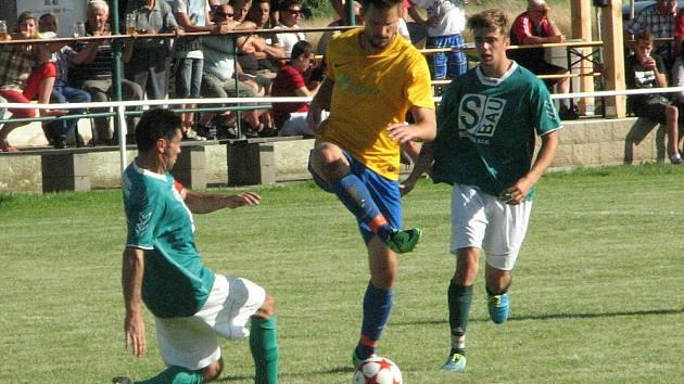 Finále Chodouny – Lounky v. Liběšice (ve žlutém). Liběšičtí vyhráli 5:3.