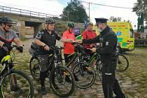 Snímky z preventivní policejní akce zaměřené na cyklisty.