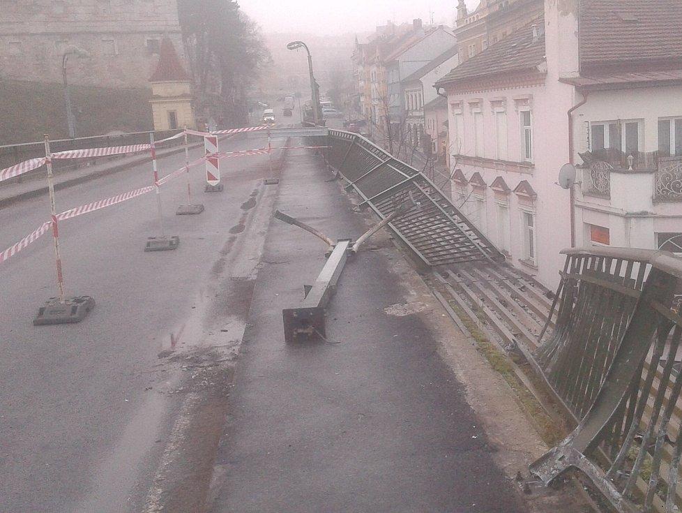 V sobotu v časných ranních hodinách havarovala na roudnickém mostě dodávka, která prorazila zábradlí nad frekventovanou železniční tratí Děčín - Praha.