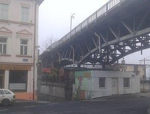 Na roudnickém mostě bourala dodávka