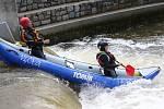 CVIČIT VE VODNÍM VÁLCI měli v Roudnici možnost hasiči, policisté a vodní záchranáři.  Příslušníci jednotek IZS letos projdou celkem dvanácti výcviky na vodě.