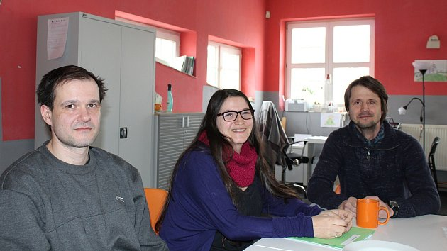 Zleva zaměstnanec Naděje David Hájek, vedoucí terénního programu a dluhové poradny Marcela M. Jančíková a vedoucí štětské pobočky Naděje Jan Kožešník.