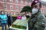 Vojáci ze žatecké posádky pomáhají v domově se zvláštním režimem v Terezíně