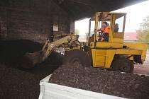 ZÁSOBA  ledvického uhlí s maximální dodávkou dvou kamionů  vystačí ve skladech ve Velemíně na necelý týden.