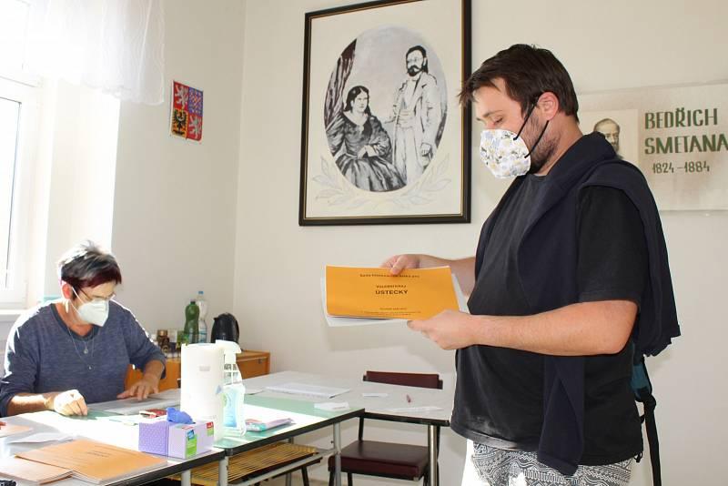 Volební komise na kamýckém obecním úřadě v pátek po 14 hodině odbavila také Jana, který přišel s voličským průkazem.