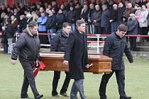 Pohřeb Antonína Kühna na fotbalovém hřišti v Brozanech.
