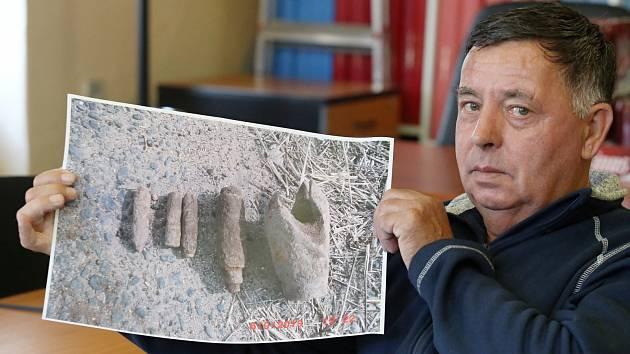 Jiří Mikulecký s fotkou munice, kterou našel na poli u travčického muničního skladu