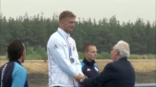 Jiří Minařík přebírá medaili.