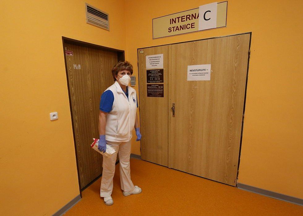Fotoreportáž z jednotky Covid v nemocnici v Litoměřicích. Starají se tam za přísných hygienických a bezpečnostních opatření o několik pacientů, kteří onemocněli koronavirem.