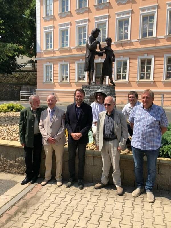 Ceremonie při nedávném odhalení sochy v Třebívlicích.