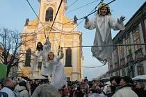 Loňský přílet andělů na náměstí v Úštěku.