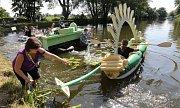 Desítky místních obyvatel se v sobotu bavily na tradiční Žalhostické neckyádě.