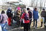 Terénní sociální pracovnice litoměřické pobočky Naděje Renáta Langer vybavila na smluveném místě na 20 lidí bez domova balíčky základních potravin. Dalším, kteří jsou nemocní a bydlí na ubytovnách, je rozvezla.