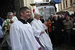 Jan Baxant jako nový biskup litoměřický vychází z katedrály.