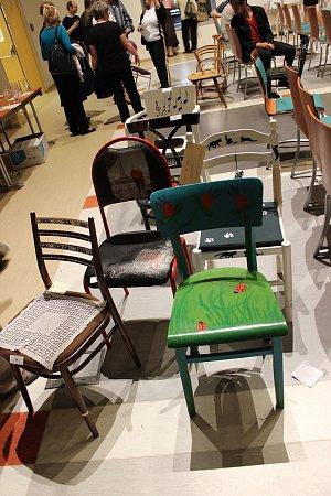 Aukce židlí vynesla hospicu přes 40tisíc