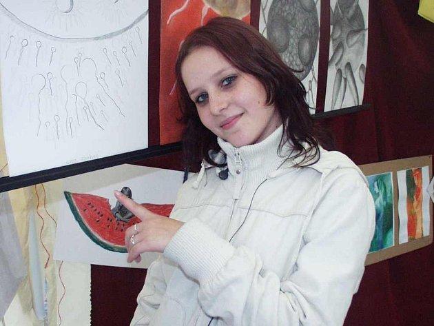 Obrázky litoměřických studentů a žáků si včera při akci  prohlédla i studentka Markéta Vopatová.