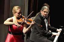 Studentka HAMU Nelly Helclová se skladbou M. Ravela pro housle Tzigane.