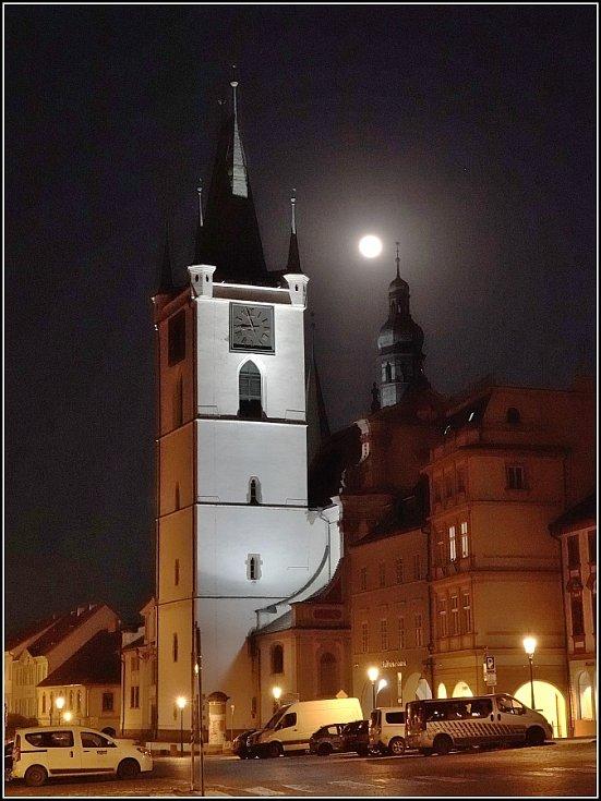Superměsíc u věže děkanského kostela.