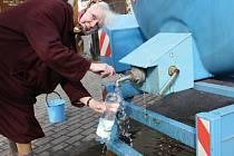 Z CISTERNY. Během dopoledne byly do ulic Roudnice nad Labem přistaveny cisterny s pitnou vodou.