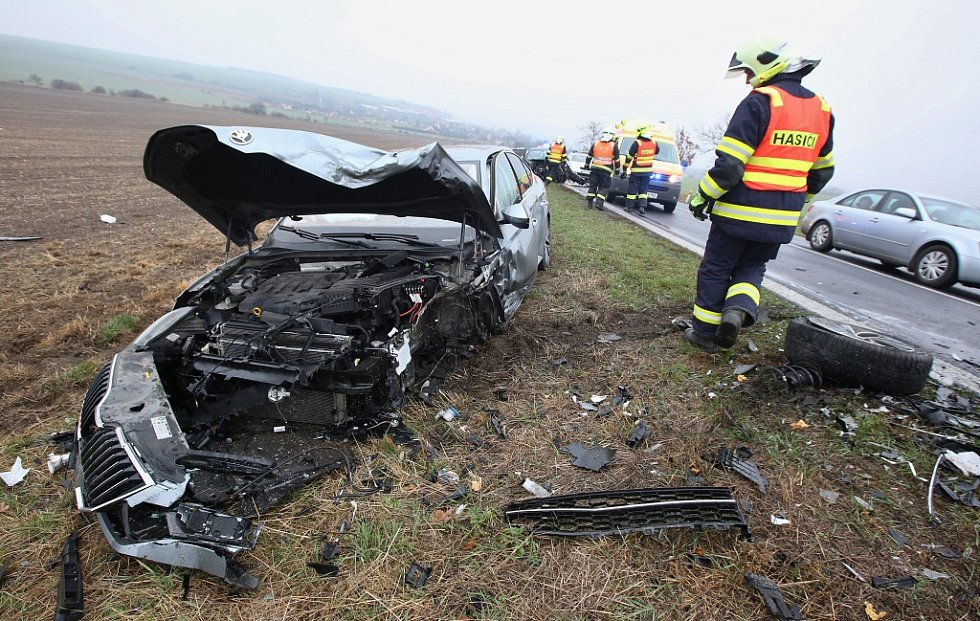 Vážná dopravní nehoda pod zatáčkou v kopci nedaleko Trnovan u Litoměřic.