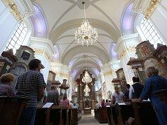 První bohoslužba v nově opraveném kostele v Konojedech po čtyřiceti letech.