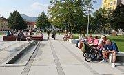 Archivní snímek z otevření upraveného Václavského náměstí v Lovosicích s kašnou