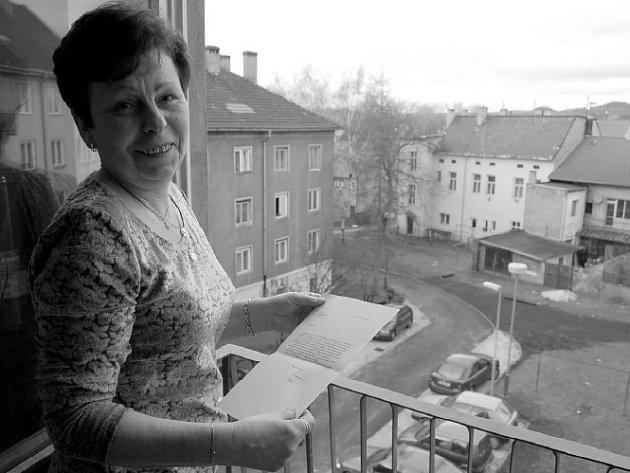 Věra Hrabicová z Lovosic roky upozorňovala radnici na neuspokojivý stav přístupové cesty a chodníků k domu číslo 351 v Terezínské ulici v Lovosicích. Za provedenou rekonstrukci nájemníci domu radnici poděkovali dopisem.