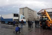 Problémy s ranním náledím měl také zásobovací kamion řetězce Lidl. Ten dostal na parkovišti smyk a naboural přímo do budovy supermarketu.